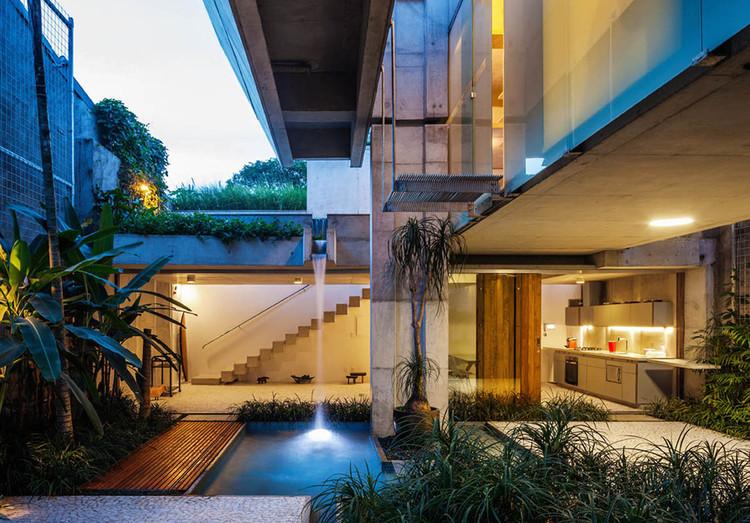 Aprenda a pré-dimensionar uma estrutura em concreto armado, Casa de fim de semana em São Paulo / spbr arquitetos. Image © Nelson Kon