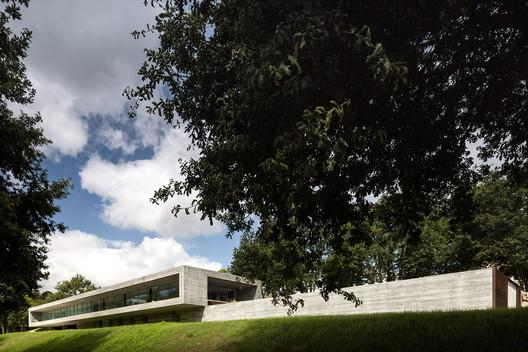 <a href='https://www.archdaily.com/562727/sambade-house-spaceworkers'>Sambade House / spaceworkers</a>. Image © Fernando Guerra FG|SG