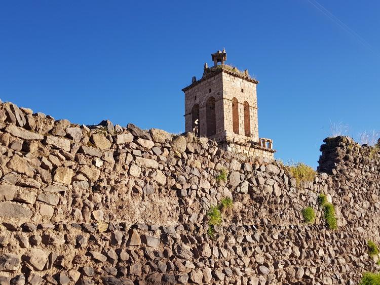 Guía de Arquitectura de Chucuito: 7 lugares que todo arquitecto debe conocer, Templo de Santo Domingo visto desde el Templo de la Fertilidad en Chucuito, Perú. Image © Nicolás Valencia