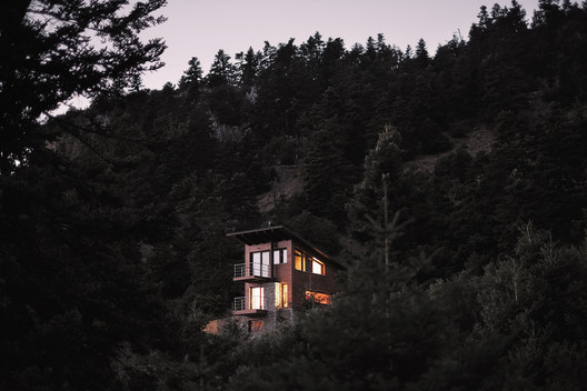 Chalet Inside an Existing Awarded Cell / Kokosalaki|Architecture