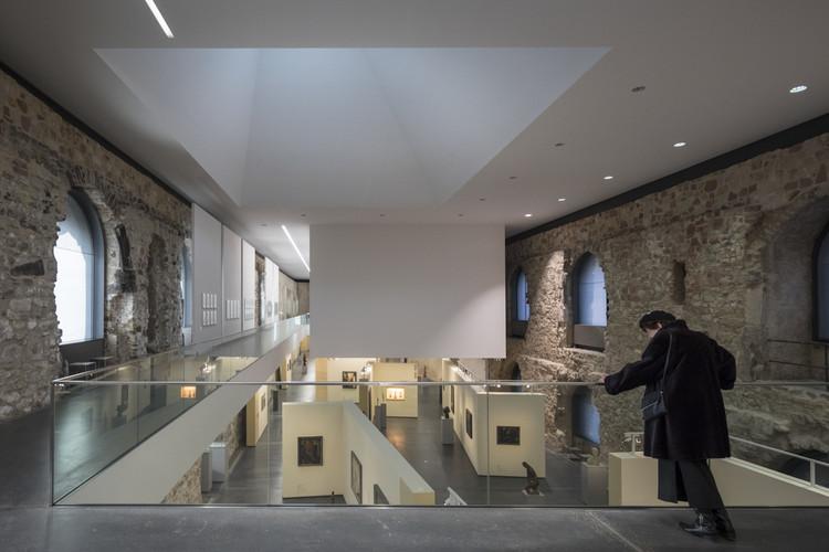 La nueva cubierta de Nieto Sobejano Arquitectos transformó este castillo alemán en una sala de exhibición, © Laurian Ghinitoiu