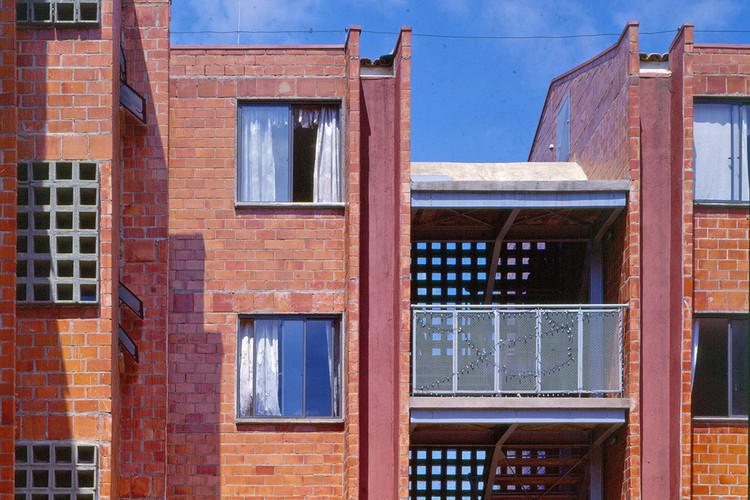 Dez dicas para quem quer começar a trabalhar com arquitetura social, Vista de um dos blocos do Mutirão União da Juta, acompanhado pelo USINA CTAH. Imagem © Nelson Kon