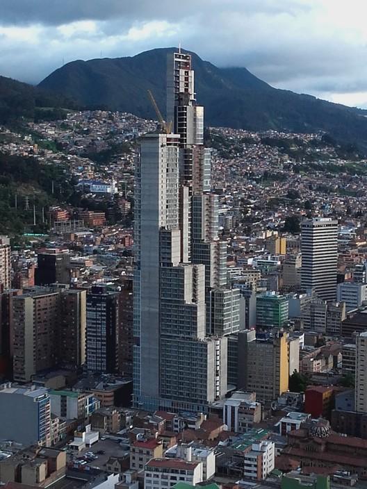 """¿Qué fue del BD Bacatá, el rascacielos más alto de Colombia?, ©<a href=""""//commons.wikimedia.org/wiki/User:EEIM"""">EEIM</a>, bajo licencia <a href=""""https://creativecommons.org/licenses/by-sa/3.0"""">CC BY-SA 3.0</a>, <a href=""""https://commons.wikimedia.org/w/index.php?curid=51713761"""">Enlace</a>. ImageConstrucción del BD Bacatá en 2016"""