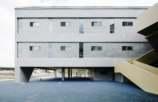 North facade covered with glass bricks and concrete coatings. Image © Siyu Zhu