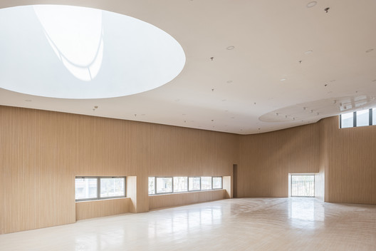 Circular large skylight in the multi-function hall. Image © Hao Chen