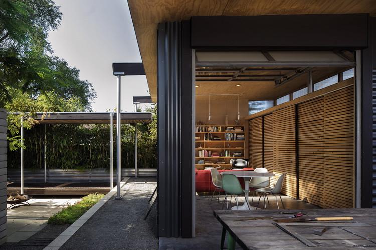 Grasshopper Studio and Courtyard / Wittman Estes, © Nic Lehoux
