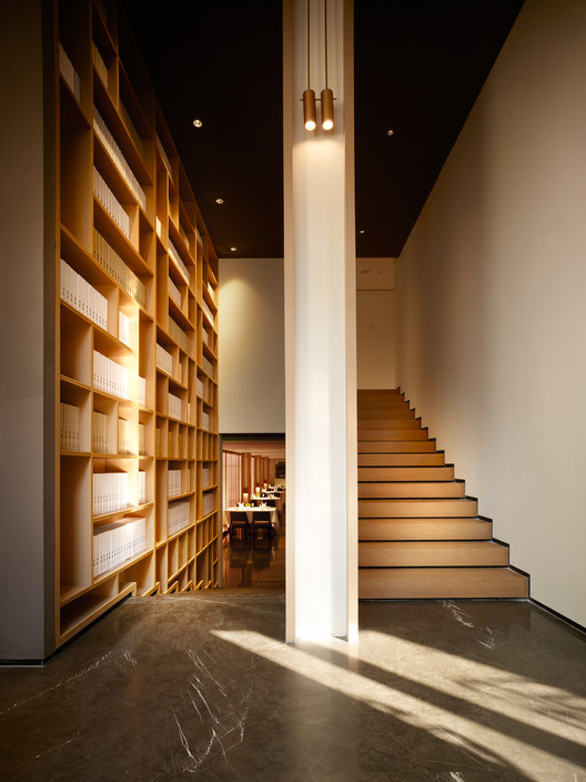 West Entrance Lobby, Circulation Split. Image © Kuo-min Lee