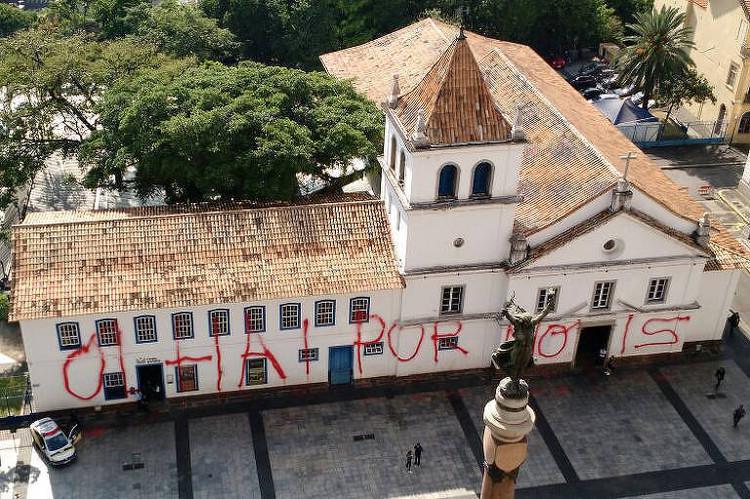 Pateo do Collegio, um dos principais marcos históricos de São Paulo, tem sua fachada pichada, © Rivaldo Gomes/Folhapress