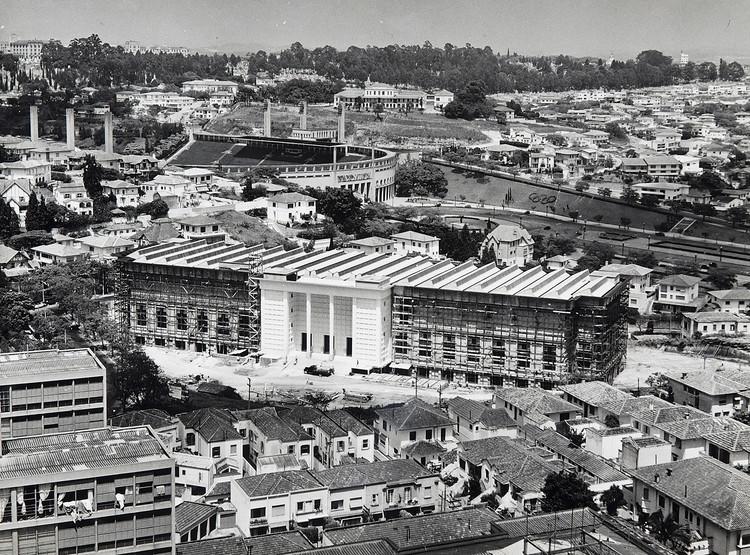 """Exposição """"Abrindo Arquivos: o arquiteto Auguste Perret e o projeto para o Museu da FAAP"""", O prédio da Fundação durante a sua construção, c. 1955 - acervo FAAP"""
