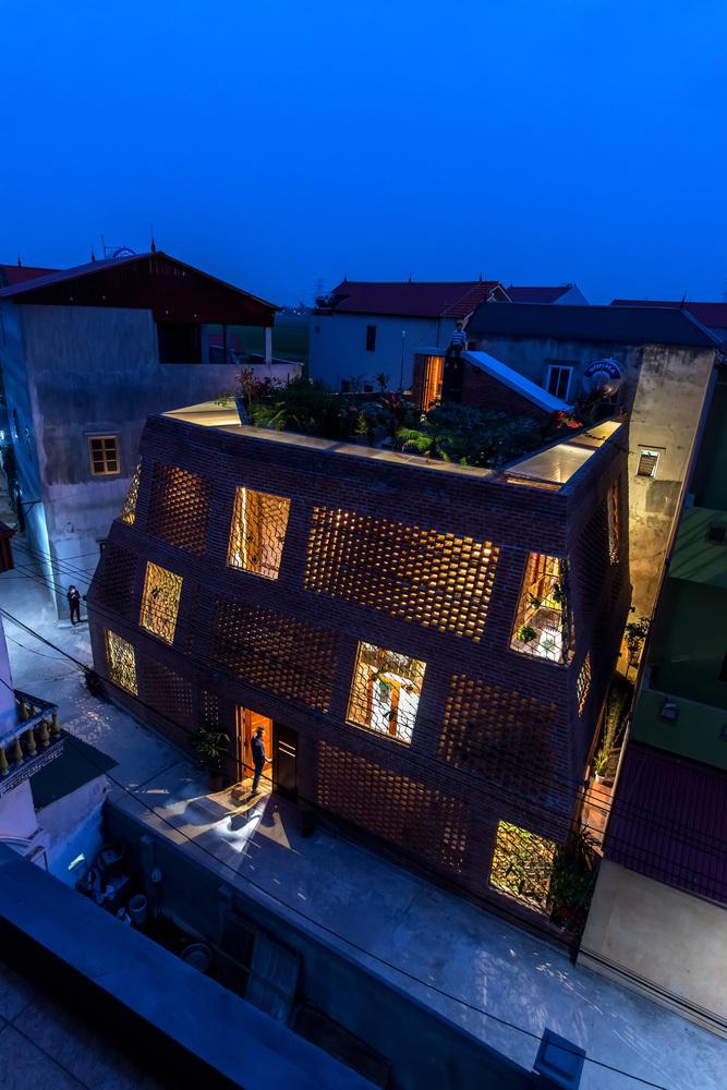 Brick Cave / H&P Architects, Vietnam, 2017 [667px × 1,000px]