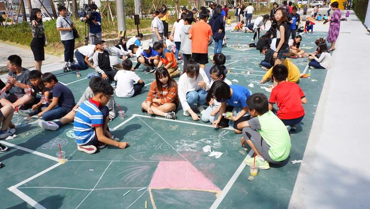 La Triple Dimensión: una metodología para el diseño colaborativo del espacio público, Niños en la instalación creada por MVRDV para el Festival Gwangju Folly en 2017. Image © Gwangju Biennale Foundation