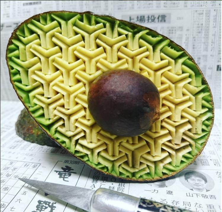 Artista japonés crea precisos patrones esculpidos a mano en frutas y verduras, vía Instagram user gakugakugakugakugaku1