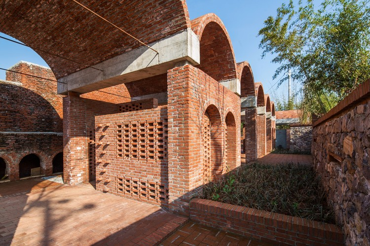 Red Brick Country Auditorium / Huazhong University of Science and Technology + ADAP Architects, © Gangyi Tan, Jinghao Feng