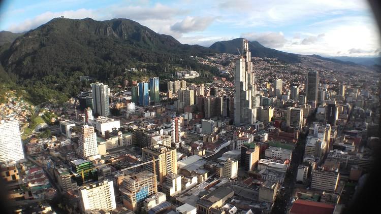 """BD Bacatá, el rascacielos más alto de Colombia, podría perder su nombre, © <a href=""""//commons.wikimedia.org/wiki/User:EEIM"""">EEIM</>, bajo licencia <a href=""""https://creativecommons.org/licenses/by-sa/3.0"""">CC BY-SA 3.0</a>, <a href=""""https://commons.wikimedia.org/w/index.php?curid=51715029"""">Link</a>. ImageBD Bacatá desde el mirador de la Torre Colpatria en 2016"""
