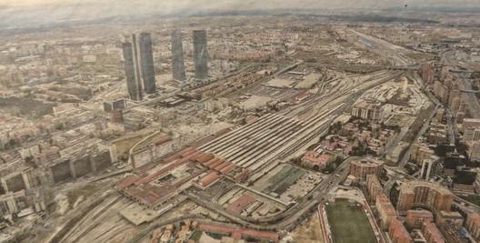Vista aérea desde el Sureste del conjunto de la estación y playas de vías de Chamartín y terrenos adyacentes, 2016. Image © Archivo público del Ayuntamiento de Madrid