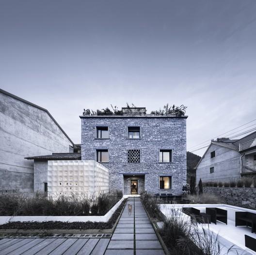 LEI House  / AZL Architects