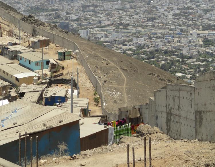 ¿Qué tan culpables son los arquitectos de la violencia urbana? , <a href='https://www.plataformaarquitectura.cl/cl/806745/conoces-el-muro-de-la-verguenza-que-divide-a-los-ricos-de-los-pobres-en-lima-que-hay-al-otro-lado'>Al otro lado del muro de la vergüenza / Lima, Perú</a>. Image © Delia Esperanza