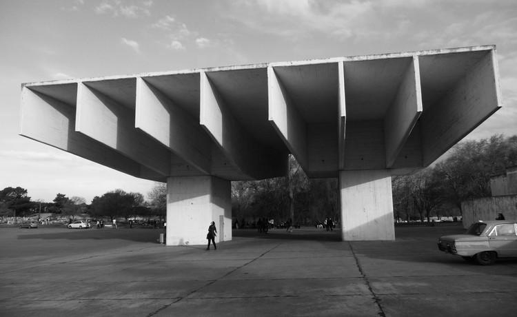Arquitectas. Maestras del espacio: un catálogo audiovisual de mujeres argentinas que hablan a través de sus obras, Cementerio - Parque de Mar del Plata (obra de 1961) por Carmen Córdova y Horacio Baliero. Image © Javier Deyheralde