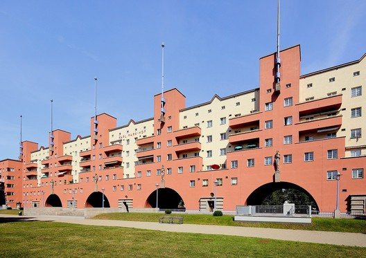 """The Karl Marx Hof, a social housing project built when the city was governed by the Social Democratic Party of Austria, a period known as """"Red Vienna"""" (1918-1934). Image © <a href='https://commons.wikimedia.org/wiki/File:D%C3%B6bling_(Wien)_-_Karl-Marx-Hof.JPG'>Wikimedia user Bwag</a></noindex></noindex> licensed under <noindex><noindex><a target="""
