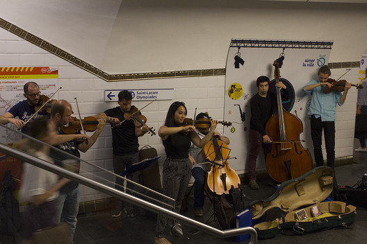 A music performance in the Paris metro station. Image © Keshia Badalge