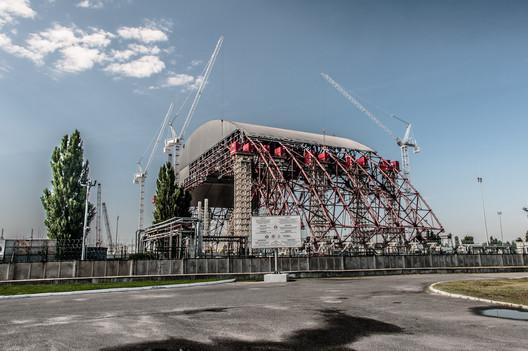 The Reactor 4 Metal Dome under construction. Image © <a href='https://www.flickr.com/photos/paszczak000/9248954551/in/photolist-f6iiXD-bKBX6P-4wbCtE-21sgdUj-VPmnAW-Gj8DNx-9qYKBE-9qYYJq-5VxXKU-hx7nDi-cdcwih-8EFvKT-9qZ86h-eLaenJ-VC8PSb-GqC2d-9r3mCk-9qW1gt-Gj6N2R-HRVCTq-hx59x3-FFuwgX-9qVQNT-UJbxjD-5dMy7t-VEL73L-9qYYe5-hNRaLg-VGwtMF-ZaZySd-VLhgQ8-Zbrutb-22voGw1-9r3bnD-2HnUQt-4JAAkM-9qVFNn-9qZaH1-9qVHCg-9qW4BM-9qVN4v-9r3vVX-VC8b5Y-9qYCb9-9qW9kr-UFmKCW-GjhA6K-9qYTYA-4xkQpJ-9qW5Yr'>Flickr user paszczak000</a></noindex></noindex> licensed under <noindex><noindex><a target=