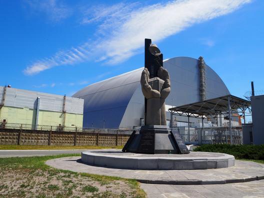 Reator 4, Chernobyl has been encased in the world's largest movable metal structure. Image © <a href='https://www.flickr.com/photos/entoropi/35375407185/in/photolist-VU1d6x-ikWQJ1-TsSEwh-9qYCRm-9r6pCQ-5m9uAf-hQxGTt-9qW5dX-9qZ86h-ikXxJp-VGwNBV-9r3mCk-9qW8b4-JnBeTu-JEs1bN-JPwDqi-5m9uKY-VTZpwk-9qW1gt-pquPBw-o5xhEA-o5CtPv-ikXzoX-9qYYe5-9qW5Cv-ViPtB3-a1f2LP-24v4vJn-ikXG5T-ikXae5-ikXbbA-HS2sCx-ikX47f-JFgyt9-ikWQvz-JFuDgD-4JaWEF-9qYUAA-4JaXwp-ikX25w-ikX5uL-9r3dEz-21K4gzj-VLhgQ8-9qZaH1-9qVN4v-9r3vVX-9qYCb9-qVuDsv-9qW9kr'>Flickr user entoropi</a></noindex></noindex> licensed under <noindex><noindex><a target=