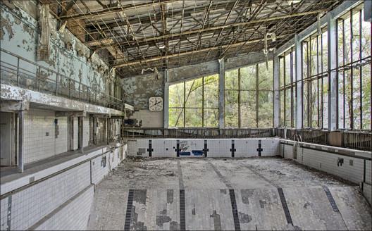 Abandoned swimming pool, Pripyat. Image © <a href='https://www.flickr.com/photos/22746515@N02/26563907296/in/photolist-GtmYaE-eLaenJ-eeUnTA-SF9h32-Bo4Gq1-7f8nJw-uQ48C-6qxrvs-9BV2oD-HFWifd-6qxqAm-eLaehW-4JEQH3-RX8AcC-SNS9DU-RPNywP-TC6jR6-7FU6vg-D3PFi5-UYXshy-eLaeey-SSsDqz-V3p7Lt-TNWtAx-TNRUWT-TKSjx9-V3se2D-TKVEVC-TKWHey-6w9yh1-TNqymV-TNVDBr-RX6McY-V3r94z-TNpNft-RzXz6U-6jNwgu-TNsYHr-UN3K7h-UQEByr-V3rvgz-UYsKFu-UQKsgt-TKrHko-UMYEZY-9dGEHv-XRsh7D-7f8k5o-XArcfz-UsfA6W'>Flickr user Bert Kaufmann</a></noindex></noindex> licensed under <noindex><noindex><a target=