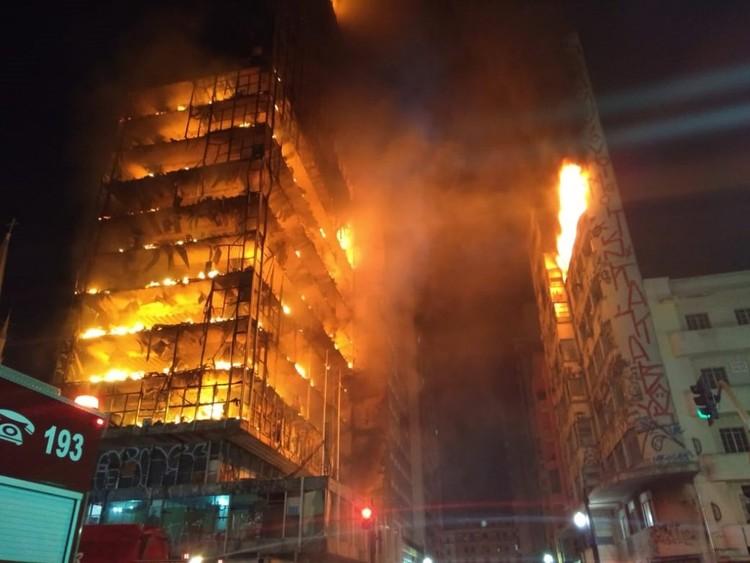 Edifício tombado de 22 pavimentos desaba após incêndio no centro de São Paulo, Imagem de Corpo de Bombeiros de São Paulo - PMESP, via Twitter