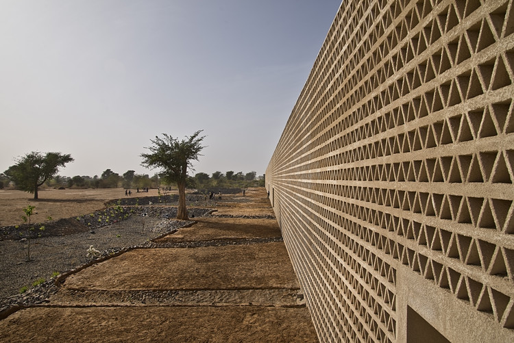 Lecture Building at the Alioune Diop University / IDOM, © Francesco Pinton