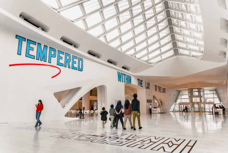 How Art Can Use Architecture to Spill Beyond the Gallery Space, Milwaukee Art Museum, 2017. Image© John Magnoski