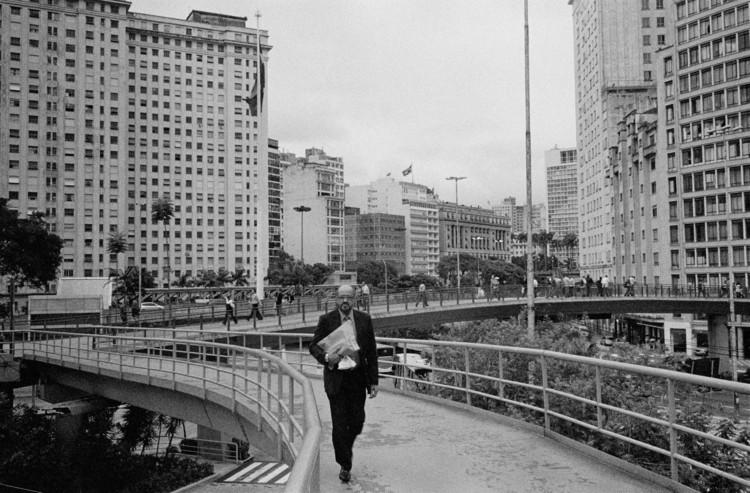 São Paulo, fora de alcance: uma entrevista com Mauro Restiffe, São Paulo, Praça da Bandeira. 2014. Image © Mauro Restiffe. Cortesia de Instituto Moreira Salles