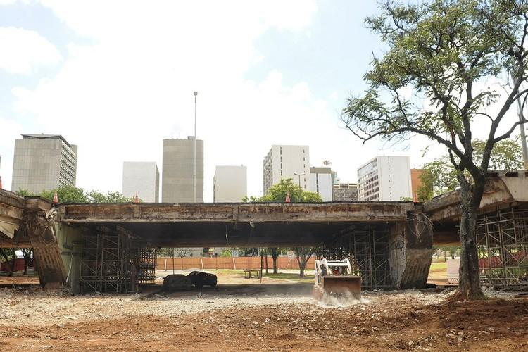 Proposta do DF para reconstrução do Eixão Sul é barrada pelo Iphan por ferir tombamento de Brasília, Retirada do bloco do viaduto e limpeza da área no Eixão Sul. Foto: Pedro Ventura/Agência Brasília