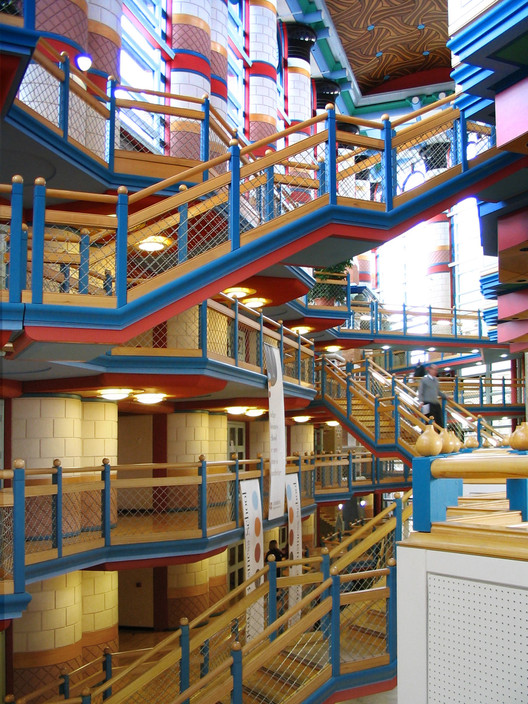Judge Business School / John Outram (Grade II* Listing). Image © <a href='https://commons.wikimedia.org/wiki/File:Cambridge_University_Judge_Business_School_interior.jpg'>Wikimedia user Cmglee</a></noindex></noindex> licensed under <noindex><noindex><a target=