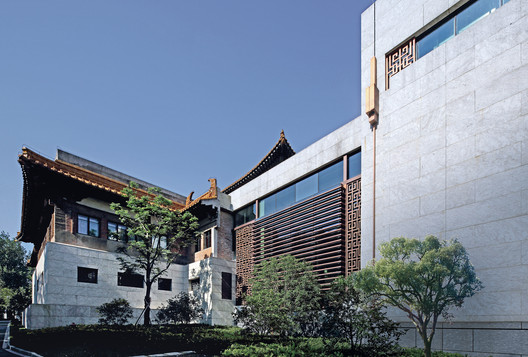 Junction area between the reserved old main hall and the newly built gallery of history. Image © Guangyuan Zhang