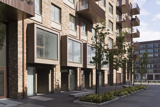 Royal Albert Wharf Phase 1 / Maccreanor Lavington. Image © Tim Crocker
