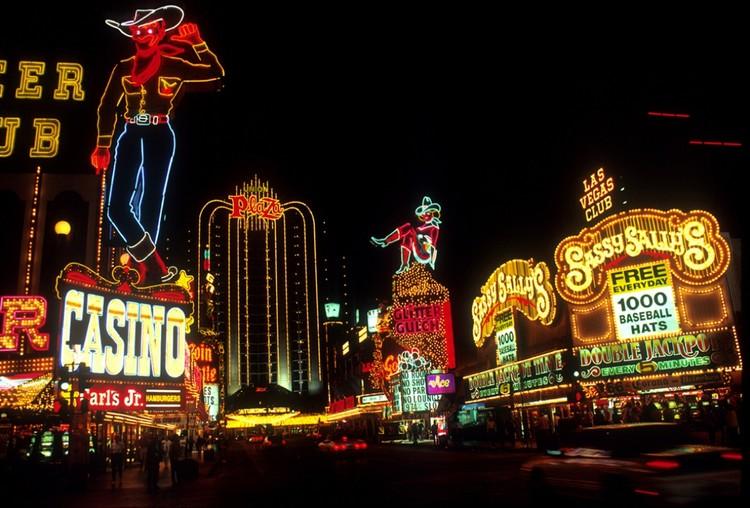 Amor em Las Vegas: 99% Invisible revisita o romance pós-moderno de Denise Scott Brown e Robert Venturi, © <a href='https://www.publicdomainpictures.net/en/view-image.php?image=223416&picture=las-vegas-at-night'>Public Domain de Jean Beaufort</a> licença <a href='https://creativecommons.org/publicdomain/zero/1.0/'>CC0 Domínio público</a>