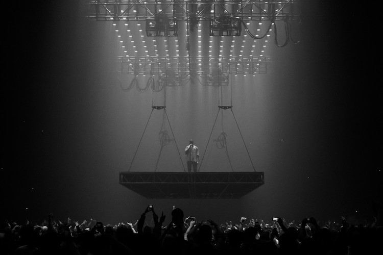 Arquitectura Hip-Hop: No más defensas para Kanye West, Kanye West performing at Boston's TD Garden during his 2016 Saint Pablo tour. Image © <a href='https://www.flickr.com/photos/kennyysun/29441840635'>Flickr user kennyysun</a> licensed under <a href='https://creativecommons.org/licenses/by/2.0/'>CC BY 2.0</a>