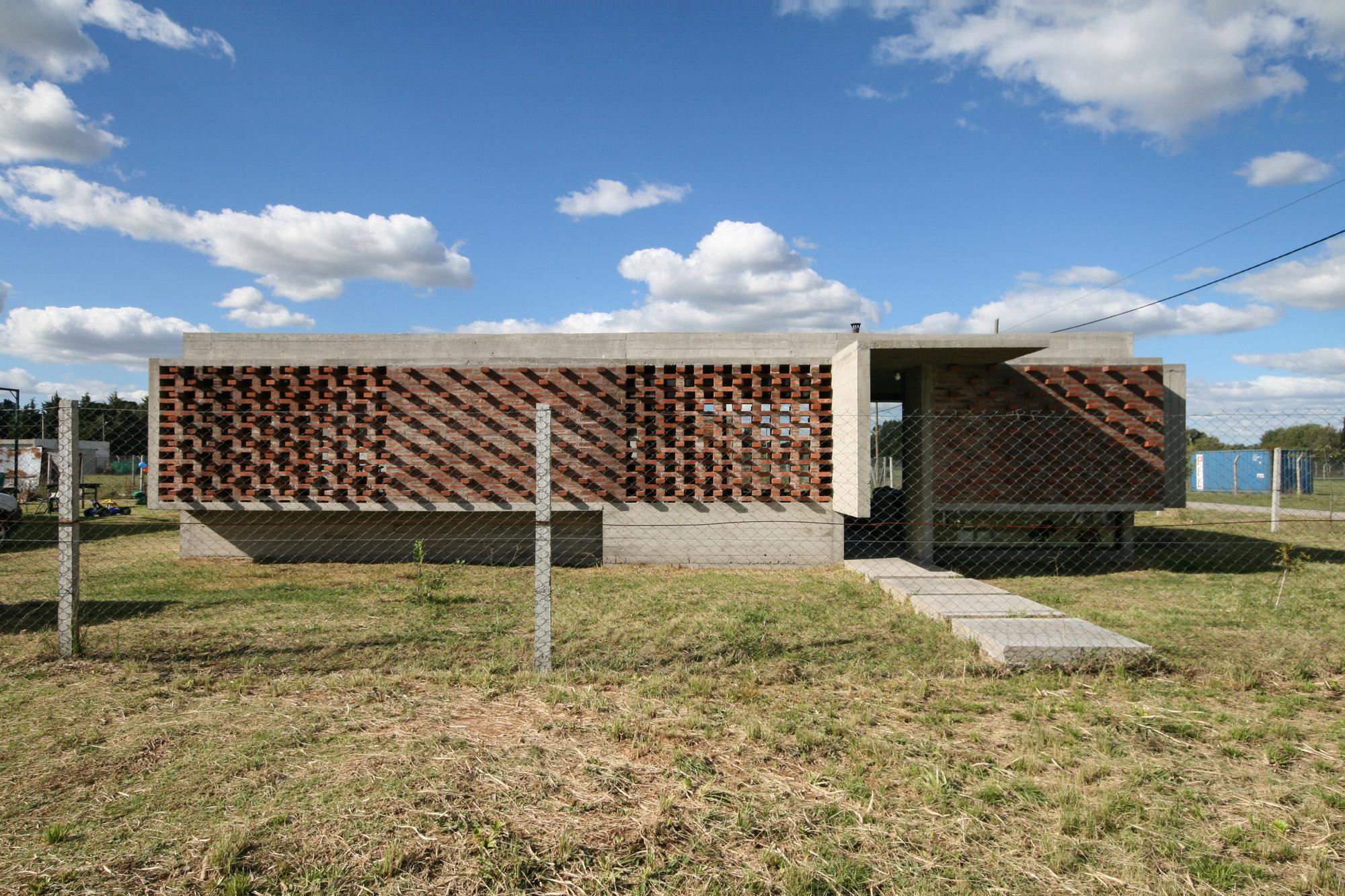 Suburban House / Besonias Almeida Arquitectos