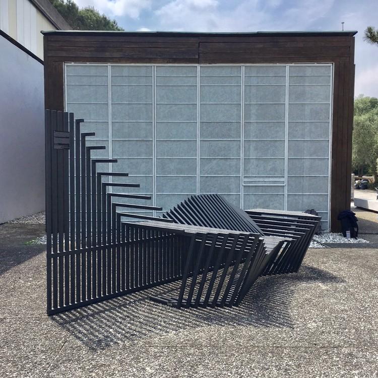 Instalação de Atelier Marko Brajovic transforma grades em mobiliário urbano no Pavilhão do Brasil em Veneza, Cortesia de Atelier Marko Brajovic