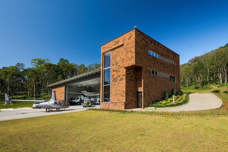 Hangar Baltt / PJV Arquitetura, © Alexandre Zelinski