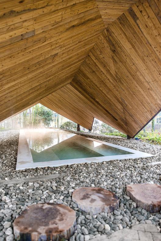 Long Roof Pool. Image © DIRK WEIBLEN