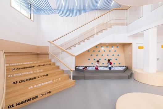 Staircase and climbing-wall. Image © Pengcheng Yang