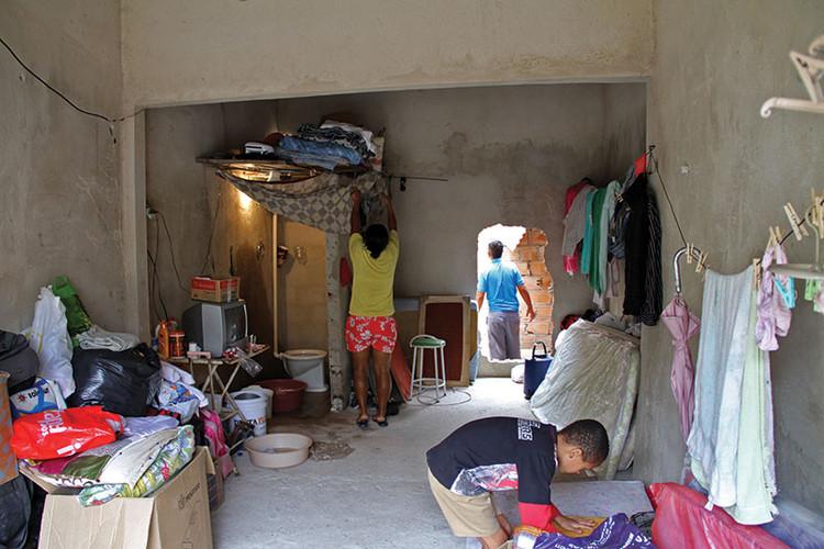 Direito à moradia, acesso à própria casa, Abrigo improvisado no térreo das Torres, onde quatro famílias desabrigadas vivem apertadas há mais de três meses.. ImageImagem Cortesia de PISEAGRAMA
