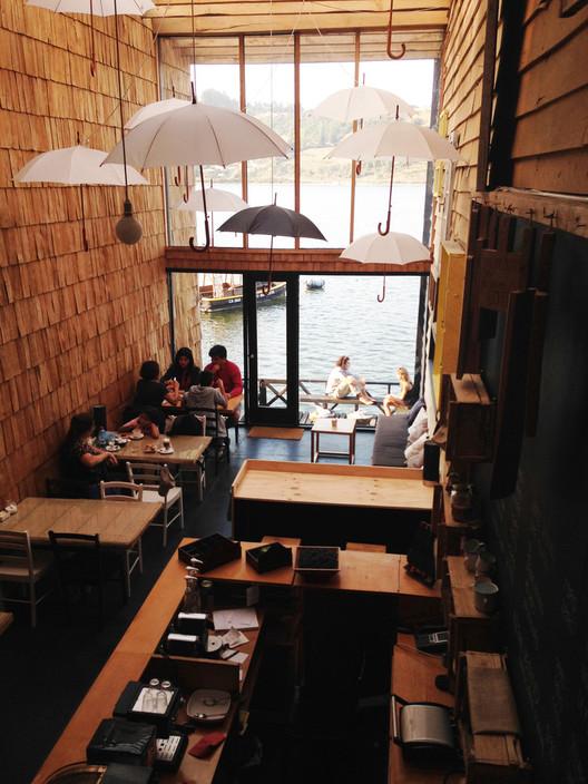 """PILOTO Galería Itinerante de Arquitectura se traslada a Valdivia con la obra """"Velo espesor"""" , Hotel y Café Patio Palafito en Chiloé. Obra de la arquitecta Tania Gebauer. Image © Eugenio Ortuzar"""