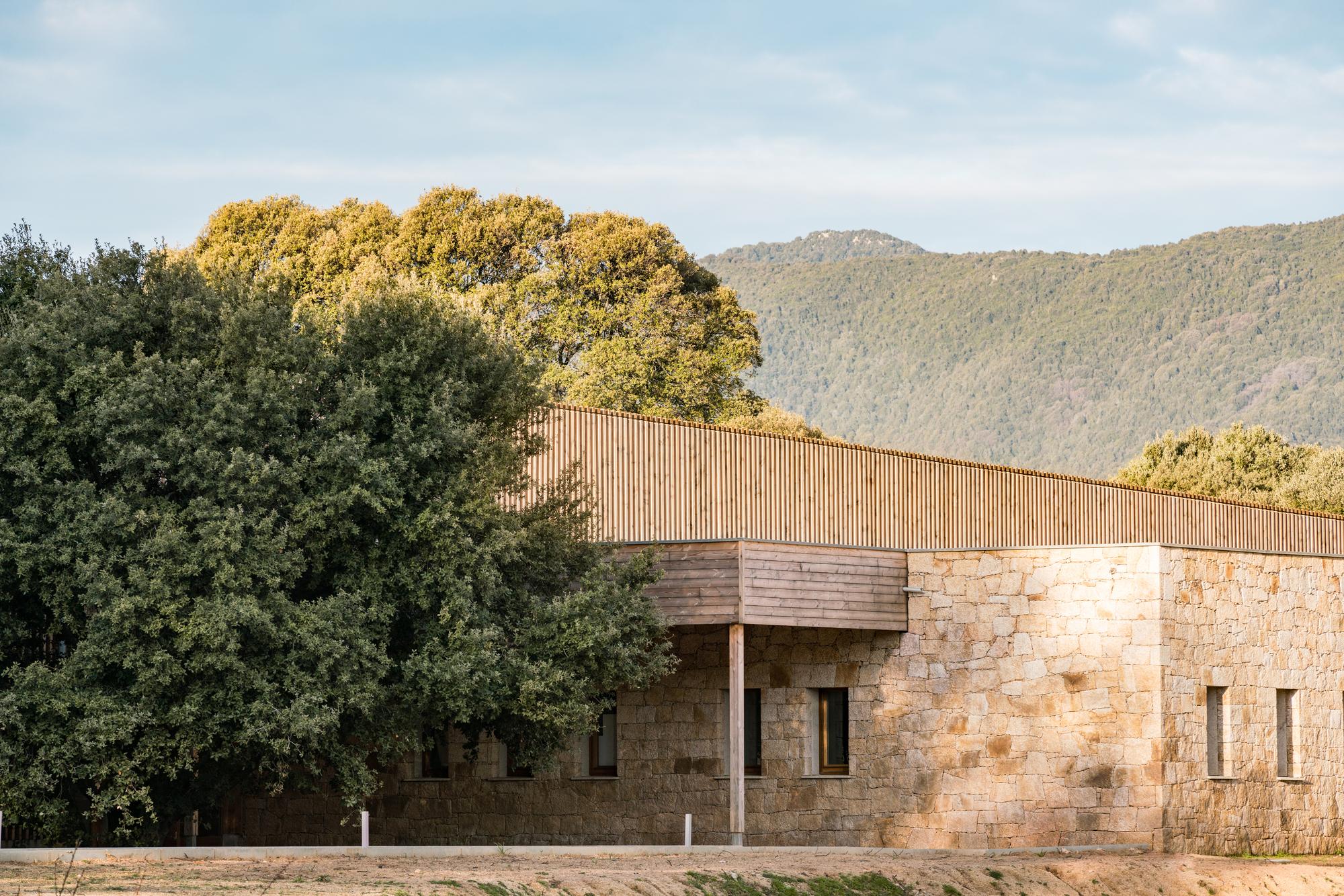 Conjunto escolar en Strega / Amelia Tavella Architectes