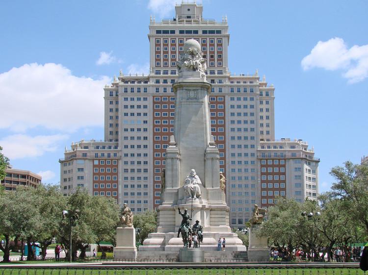 Transformación de la Plaza España en Madrid deberá respetar la posición del monumento a Cervantes, Monumento Cervantes Plaza de España. Image vía Wikimedia Commons