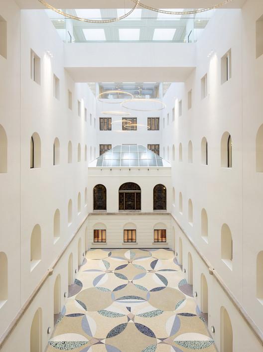 Edificios corporativos y culturales: 15 atrios y sus cortes