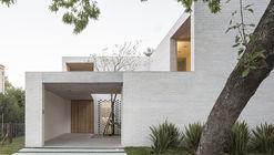 Casa Newman / Nicolás Pinto da Mota, Victoria Maria Falcon