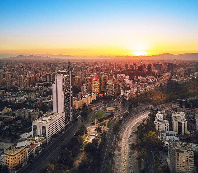 """Santiago volverá a recibir la Bienal de Arquitectura y Urbanismo de Chile en 2019, © <a href='https://www.flickr.com/photos/deensel/39898460382/'>Deensel [Flickr]</a>, bajo licencia <a href=""""https://creativecommons.org/licenses/by/2.0/"""">CC BY 2.0</a>. ImageSantiago, Chile"""