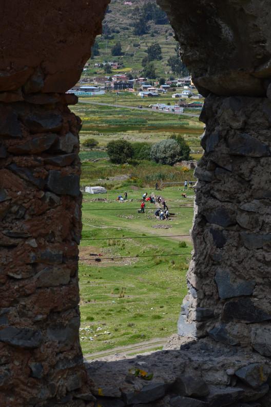 Construcción de Hatun Tinkuy en las afueras del centro histórico de Chucuito. Image © ENSUSITIO